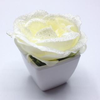 rose en pot blanche déco table